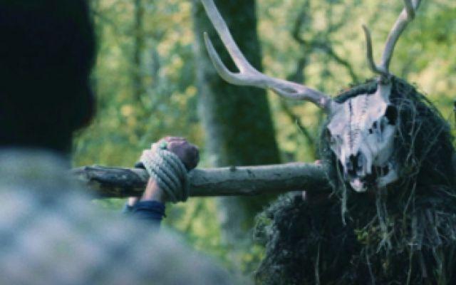 经典恐怖片《致命弯道》2021年最新版,深山里暗藏神秘部落,专门猎杀过往游客