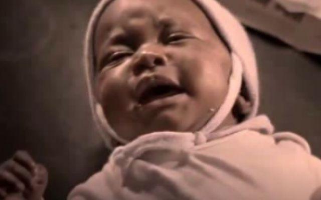《黑帮暴徒》:塔提斯捡来的小孩又哭又闹,无奈使出浑身解数哄她