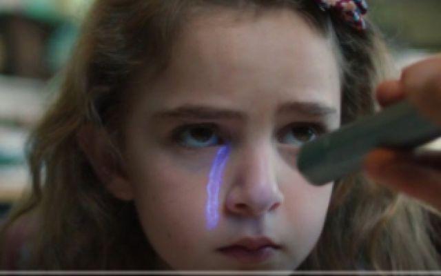 小女孩被老爸囚禁多年,没想到居然拥有可怕的超能力《怪胎》