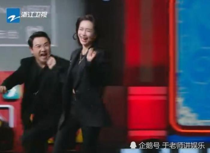 沈腾为了追逐杨颖,在节目现场滑倒,用一个动作挽救尴尬场面