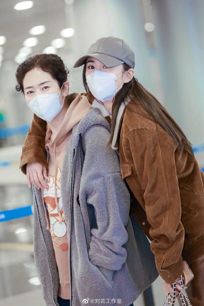 刘芸带62岁妈妈参加综艺 母女同框宛如姐妹花