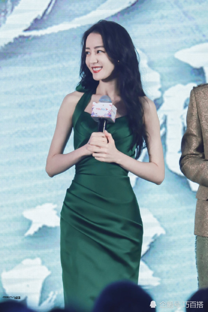 迪丽热巴墨绿色长裙演绎性感和优雅,美出新高度,真的太好看了