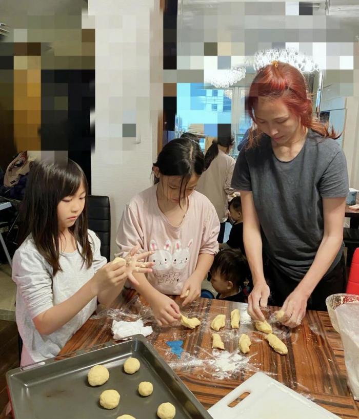 蔡少芬素颜红发扎小辫,衣着随意接地气,给娃做面包不愧好妈妈