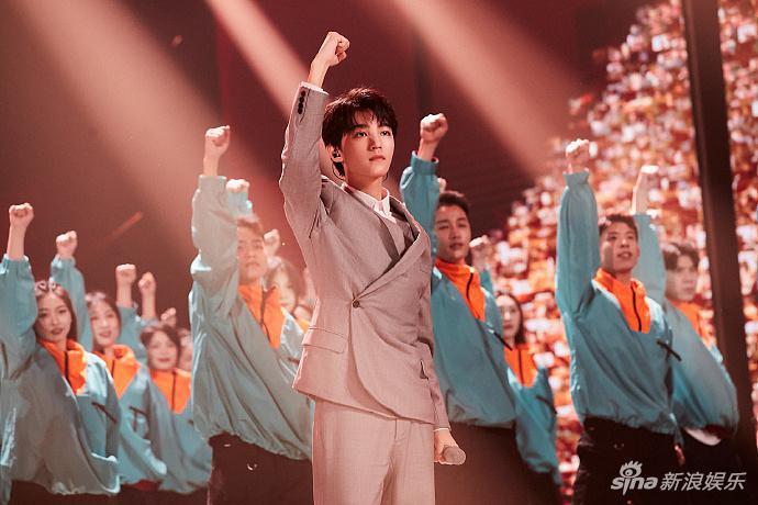 王俊凯穿灰色西装雅致稳重 献唱《少年》彰显少年意气