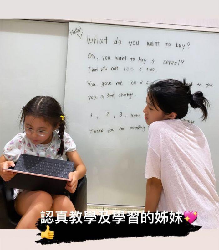 贾静雯晒女儿梧桐妹在家教咘咘学英语,姐妹俩好认真
