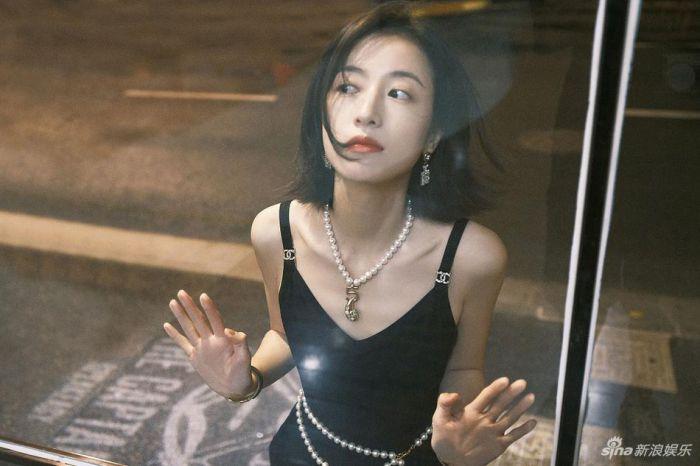 周雨彤穿黑色长裙戴珍珠项链