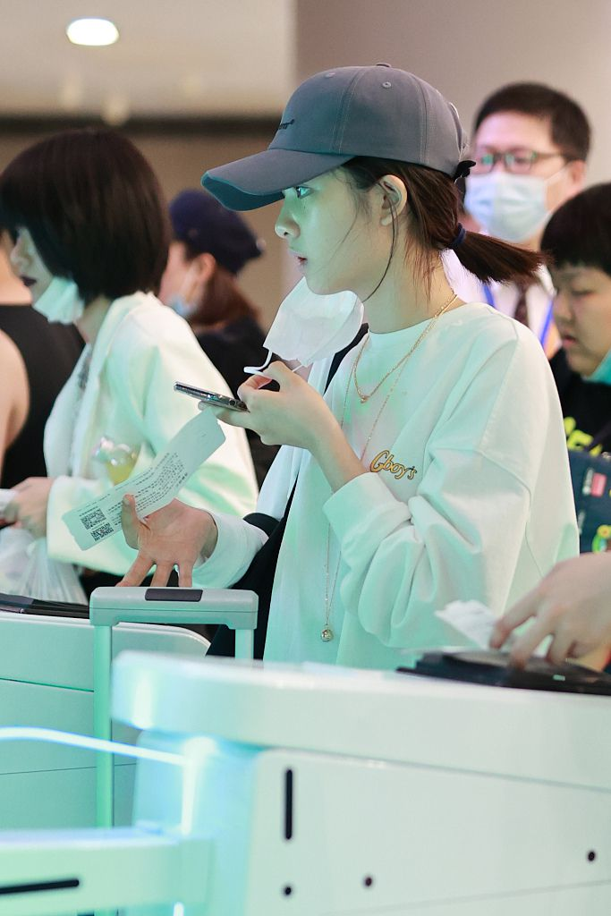 黄磊15岁爱女独自乘机,摘口罩露清丽面庞