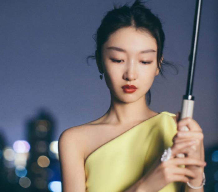 周冬雨穿深V长裙现身活动,视觉中国镜头堪比卸妆水!太真实了