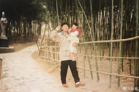 杨紫晒旧照为爸爸庆祝父亲节