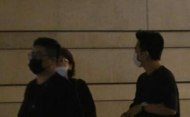 邓超被拍到现身上海某饭店,凌晨三点才离开,与女性友人保持距离