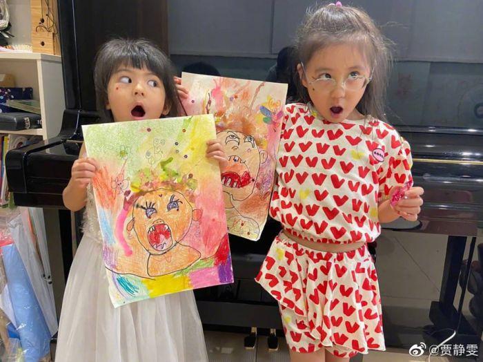 贾静雯晒咘咘波妞的自画像 笑称女儿画风有点恐怖