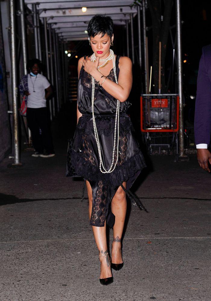蕾哈娜穿黑色蕾丝裙现身街头 搭配珍珠项链精致性感