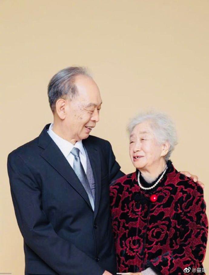 致敬!童瑶晒外公外婆光荣在党50周年纪念章