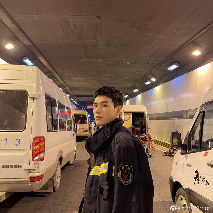 龚俊晒《火焰蓝》片场花絮照 穿消防员制服比例优越