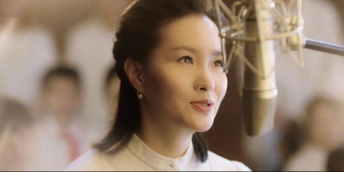 雷佳献唱《我和我的父辈》片头曲《给我星辰的人》