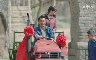 村里第一辆拖拉机开进村,全村男女老少集体外出迎接!