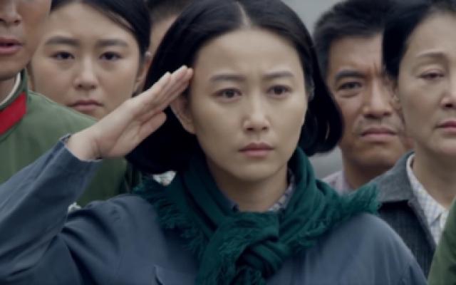霞子英勇牺牲,母亲来部队接她回家,太难了
